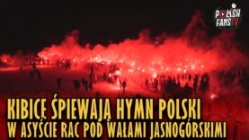 Kibice śpiewają hymn Polski w asyście rac pod Wałami Jasnogórskimi (05.01.2019 r.)