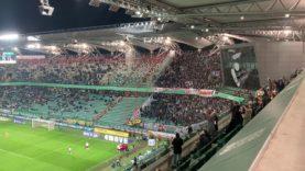 Legia Warszawa – ŁKS Łódź. Po golu dla ŁKS kibice gości wiwatują na trybunie