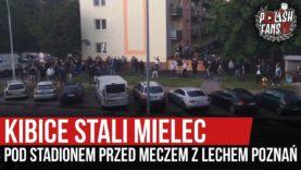 Kibice Stali Mielec pod stadionem przed meczem z Lechem Poznań (27.05.2020 r.)