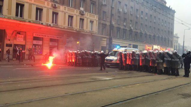 Policja gazuje i ucieka przed kibolami na Marszu Niepodległości!