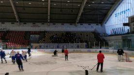 Kibice odwiedzają hokeistów na treningu przed Pucharem Polski
