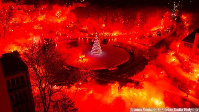 Kibice Jagiellonii Białystok odpalili setki rac na rondzie Lussy na 101. rocznicę klubu