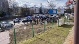 PL: Sandecja Nowy Sącz – GKS Tychy [Kibice wspierają pod stadionem]. 2021-03-13