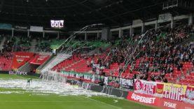 Serpentyny na boisku w Tychach podczas meczu GKS Tychy – ŁKS Łódź 13.06.2021