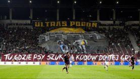 """""""TU, GDZIE PSY…"""" – oprawa kibiców Pogoni Szczecin na meczu z NK Osijek [LEKTOR] (22.07.2021 r.)"""